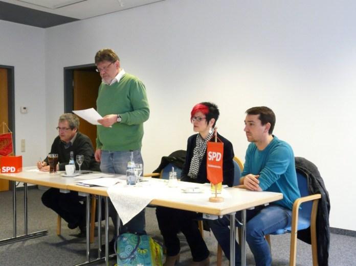 Ortsvorsitzender Rolf Spitz (stehend) berichtet über zahlreiche Veranstaltungen der Memminger SPD im letzten Jahr. Mit am Tisch (von links) die stellvertretenden Ortsvorsitzenden Willi Seitz, Petra Beer und Fabian Nieder. Foto: SPD