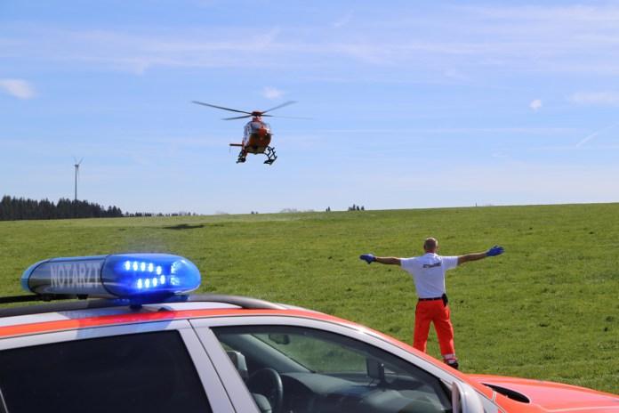 15-04-15_BY_Unterallgaeu_ollarzried_Krad-Unfall-Lkw_Rettungshubschrauber_Poeppel_new-facts-eu0015