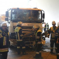 18-08-2015_A96_Kohlbergtunnel_Stetten_Erkheim_Lkw-Unfall_Vollsperrung_Feuerwehr_Poeppel_new-facts-eu0031