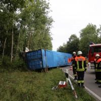 27-08-2015_BY_Unterallgaeu_Ottobeuren_Lkw-Unfall_schwer_Feuerwehr_Poeppel0002
