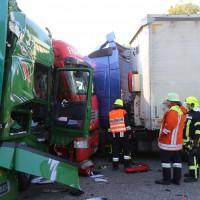 02-10-2015_B312_a7-Berkheim_Lkw-Unfall-drei-Sattelzuege_pkw_feuerwehr_Poeppel0009