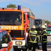 02-10-2015_B312_a7-Berkheim_Lkw-Unfall-drei-Sattelzuege_pkw_feuerwehr_Poeppel0017
