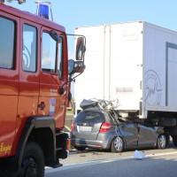 06-04-2016_A96_Holzguenz_Lkw_Pkw_schwerer-Unfall_Feuerwehr_Poeppel20160406_0004