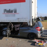 06-04-2016_A96_Holzguenz_Lkw_Pkw_schwerer-Unfall_Feuerwehr_Poeppel20160406_0043