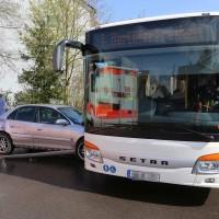 12-04-2016_Memmingen_Kalkerfeld_Bayernring_Pkw_rammt_Linienbus_Polizei_Poeppel20160412_0017