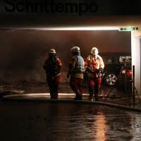 26-05-2016_Unterallgaeu_Bad-Woerishofen_Brand_Reisebus_Parkhaus_Feuerwehr_Poeppel_0036