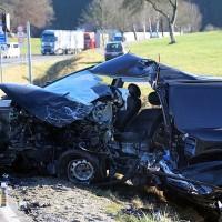 20161206_B465_Bad-Wurzach_Unterschwarzach_Unfall_Frontal_eingeklemmt_Transporter_Pkw_Feuerwehr_Poeppel_new-facts-eu_010