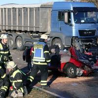 20161214_Memmingen_Unfall_Pkw_Lkw_Feuerwehr_Poeppel_0043