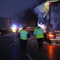 20161221_A96_Aitrach_Aichstetten_Lkw-Unfall_Ladung_Polizei_Poeppel_0046