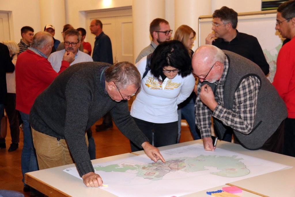 """Das Interesse in der Bürgerschaft war groß: Rege Gespräche wurden bei der Bürgerwerkstatt zur Erarbeitung des Integrierten Stadtentwicklungskonzepts """"ISEK_mm'30"""" geführt - Foto: Stadt Memmingen"""