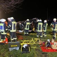 2017-12-23_B312_Erlenmoss_Edenbach_Pkw_Baum_Feuerwehr_Poeppel_0030