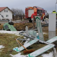 2017-12-27_Oberallgaeu_Durach_Miesenbach_Pkw-Bach_Unfall_Feuerwehr_Poeppel_0001