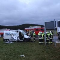 2018-01-19_Unterallgaeu_Erkheim_Guenz_Unfall_Lkw_Transporter_Feuerwehr_Poeppel_0006