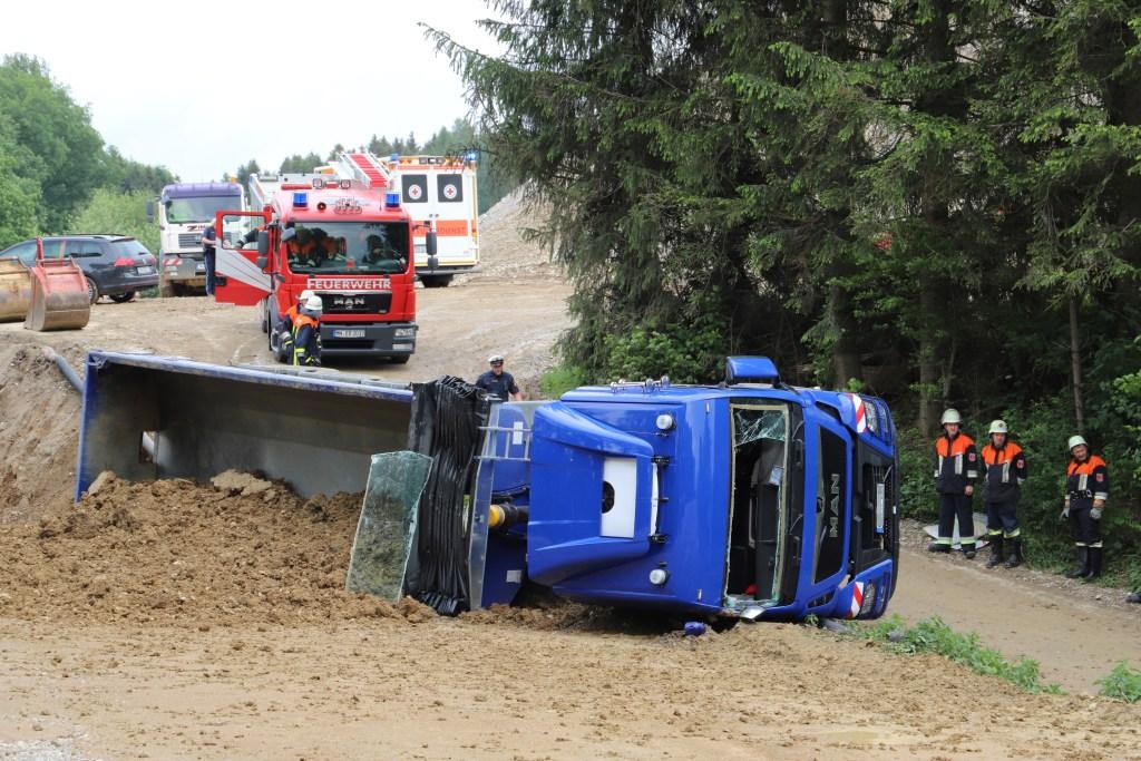 2018-05-17_Unterallgaeu_Stetten_Baustelleunfall_Lkw-gekippt_Feuerwehr_0011