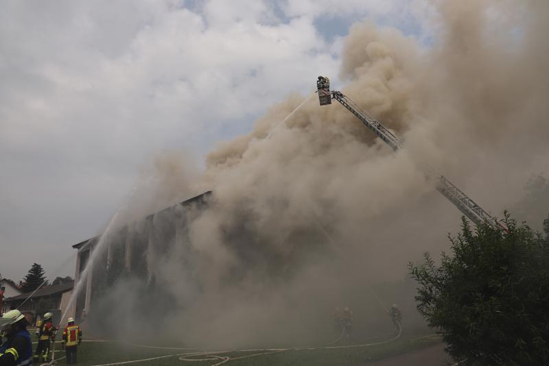 2018-07-22_Biberach_Tannheim_Brand_Heustock_Halle_Feuerwehr_Poeppel_0076