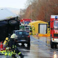 2019-12-10_B30_Ravensburg_Enzisreute_Baindt_Lkw-Unfall-Gefahrgut_Feuerwehr_PoeppelIMG_2434