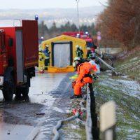 2019-12-10_B30_Ravensburg_Enzisreute_Baindt_Lkw-Unfall-Gefahrgut_Feuerwehr_PoeppelIMG_2442