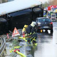 2019-12-10_B30_Ravensburg_Enzisreute_Baindt_Lkw-Unfall-Gefahrgut_Feuerwehr_PoeppelIMG_2448