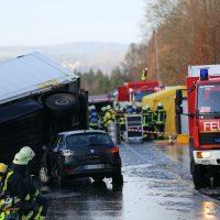 2019-12-10_B30_Ravensburg_Enzisreute_Baindt_Lkw-Unfall-Gefahrgut_Feuerwehr_PoeppelIMG_2456