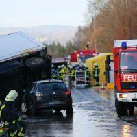 2019-12-10_B30_Ravensburg_Enzisreute_Baindt_Lkw-Unfall-Gefahrgut_Feuerwehr_PoeppelIMG_2457