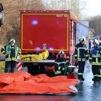 2019-12-10_B30_Ravensburg_Enzisreute_Baindt_Lkw-Unfall-Gefahrgut_Feuerwehr_PoeppelIMG_2472