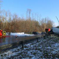 2019-12-10_B30_Ravensburg_Enzisreute_Baindt_Lkw-Unfall-Gefahrgut_Feuerwehr_PoeppelIMG_2523