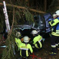 2019-12-18_Unterallgaeu_Kirchhaslach_Unfall_Pkw-Baum_Feuerwehr_Poeppel_IMG_2861