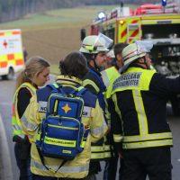 2019-12-18_Unterallgaeu_Kirchhaslach_Unfall_Pkw-Baum_Feuerwehr_Poeppel_IMG_2887
