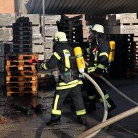 2020-04-28_Unterallgaeu_Lauben_Brand_Industrie_Paletten_Feuerwehr_Bringezu_BB9DB584-035A-48B6-B69B-FDDB258D8DD8