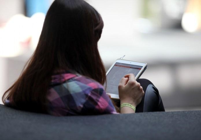 Frau mit Tablet, über dts Nachrichtenagentur