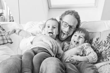 Familienfotograf zuhause Kinderfotos Familienshooting orangefoto kinderkram wien