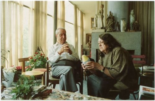 Husband and wife Pietro Bardi and Lina Bo at home in São Paulo at her birthday in 1989. Archive Instituto Lina Bo e P.M. Bardi