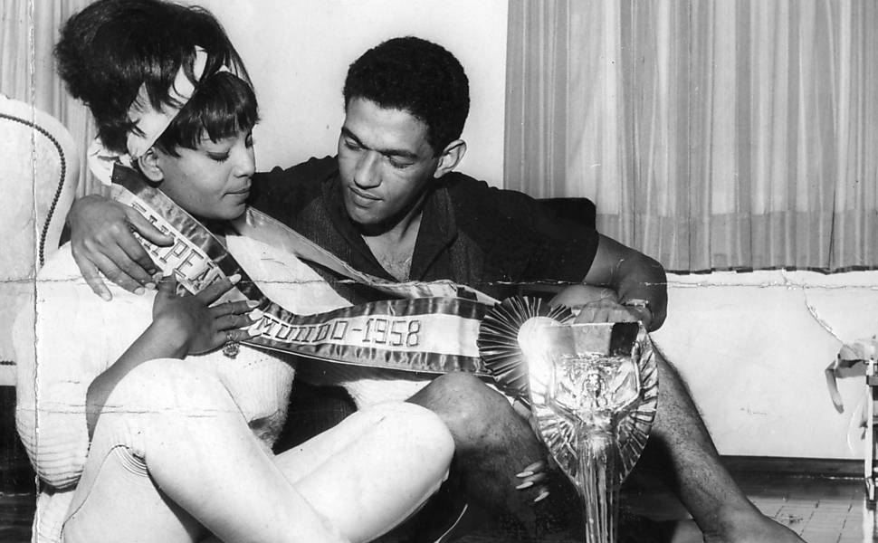 Lovers Garrincha and singer Elza Soares in 1958, when the king of the dribble brings the FIFA cup to Brazil