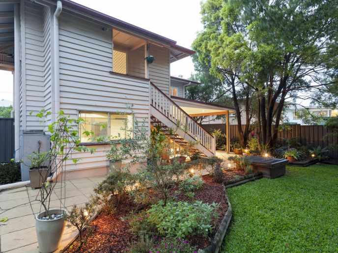 19798598 - stylish australian home at dusk