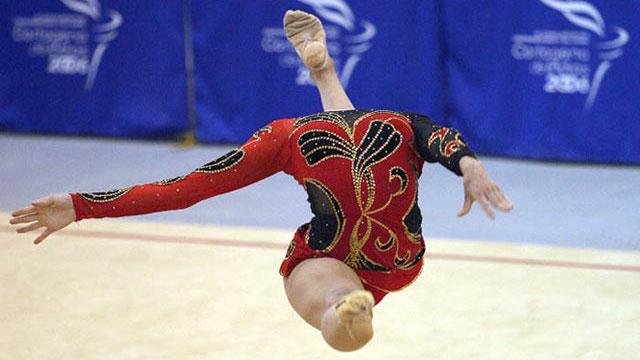 Gymnast-appears-headless-funny-photo