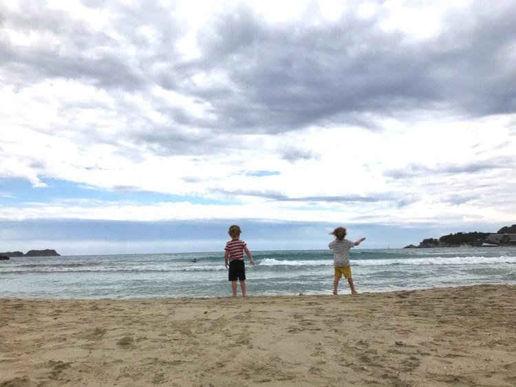 Zwei Ballermännchen am Strand von Paguera. Luxusproblem: Es war an einigen Tagen bewölkt, windig und deshalb kein unbedingtes Strandwetter.