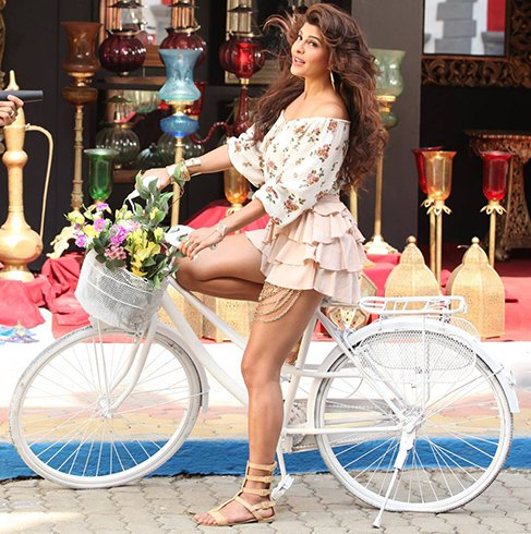 Top 10 Hottest Curvy Bollywood Divas