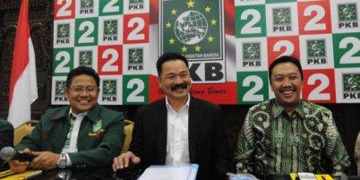 Rusdi Kirana (middle), with PKB Chairman Muhaimin Iskandar (left) and secretary general Imam Nahrawi (right). Photo: Merdeka.com