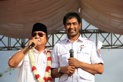 Prabowo and Deputy Chairman for Partai Aceh, Muzakir Manaf address a campaign rally in June 2014.