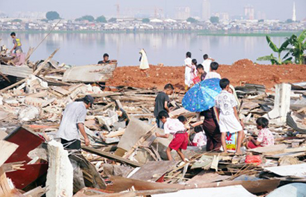 Squatters on Pluit Dam were relocated and their homes demolished to make way for a new green space. Many praised Jokowi, but others noted that some residents continued to resist relocation.