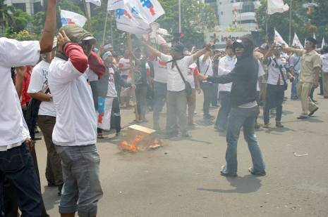 Prabowo's supporters light a fire.