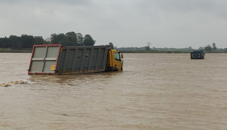 5 Trucks Get Submerged in Jajpur, as Water Rushes Into Baitaraini River
