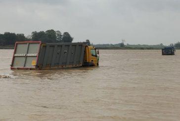 5 Trucks Get Submerged in Jajpur, as Water Rushes Into Baitaraini River