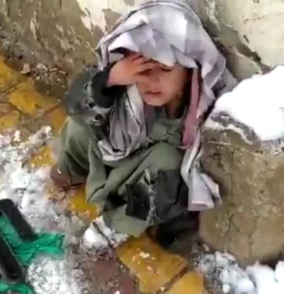 Little child spotted in Quetta working in freezing cold