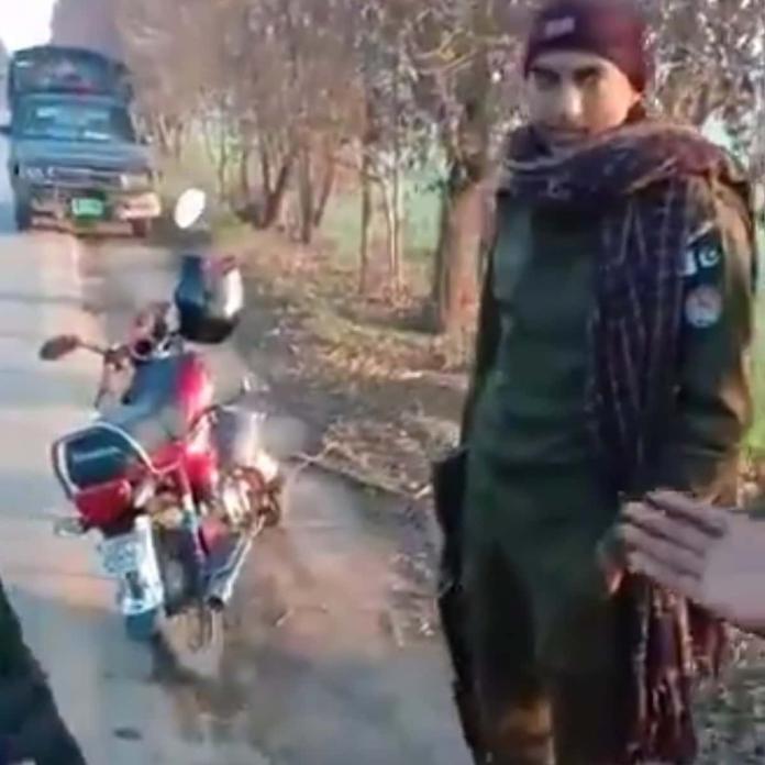 Police officer caught robbing citizens in Jaranwala, Punjab.