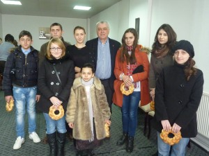 Vasile Balcan, alături de fiica sa Andreea şi de beneficiari ai burselor Marsat