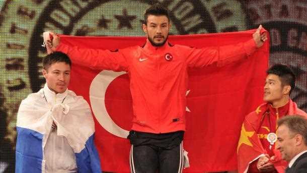Турецкий тяжелоатлет взял 3 золотых медали