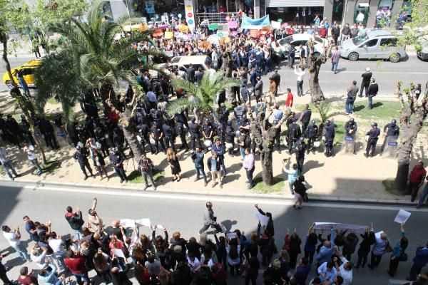 Женщины АКР и СНР схлестнулись на протесте в Измире