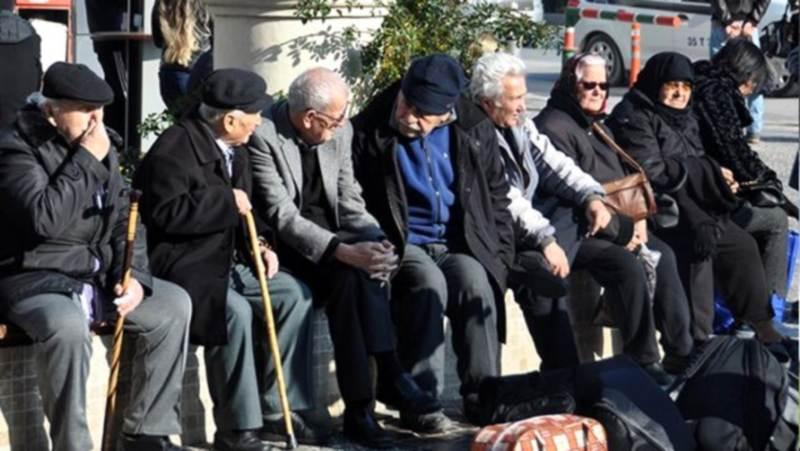 Власти разрешили пожилым гулять дольше
