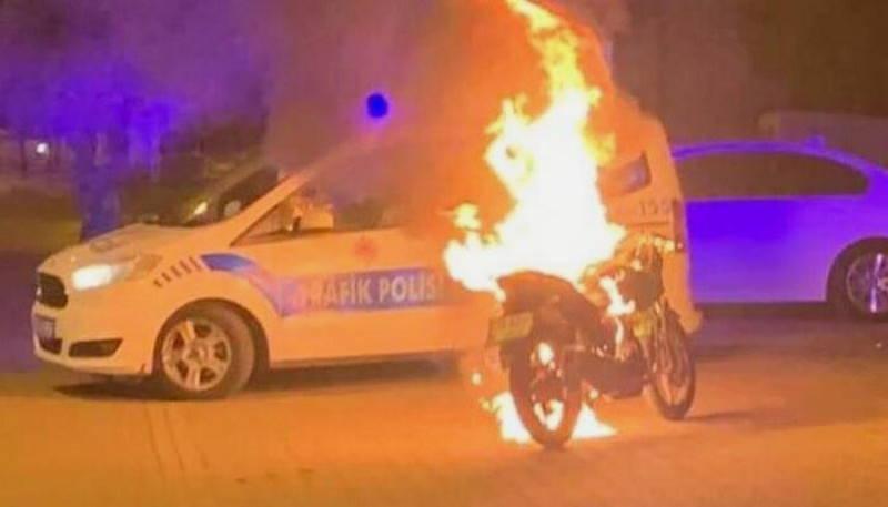 Парень сжёг свой мотоцикл перед полицейскими